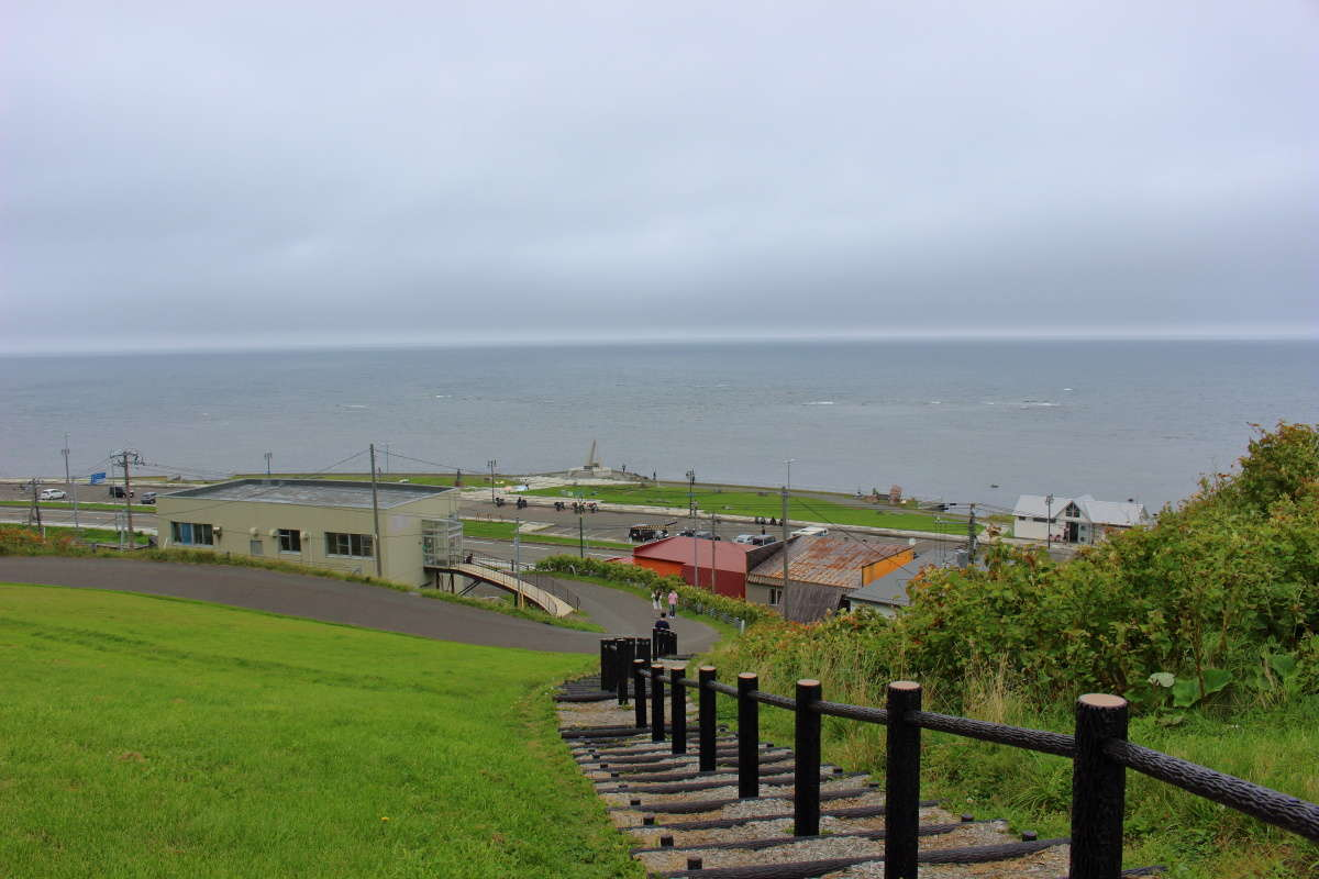 宗谷岬公園の高台から宗谷岬を一望