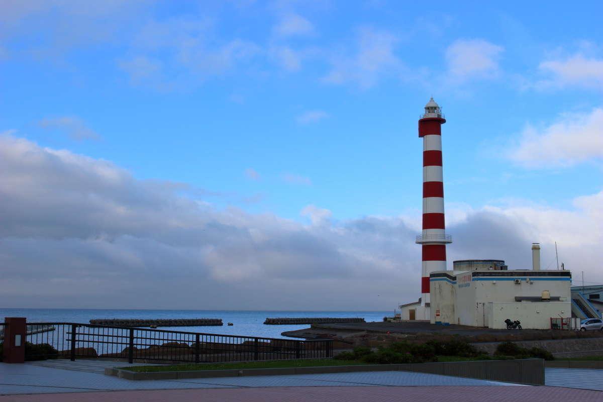 宗谷海峡を行き来する船舶を見守る「稚内灯台」