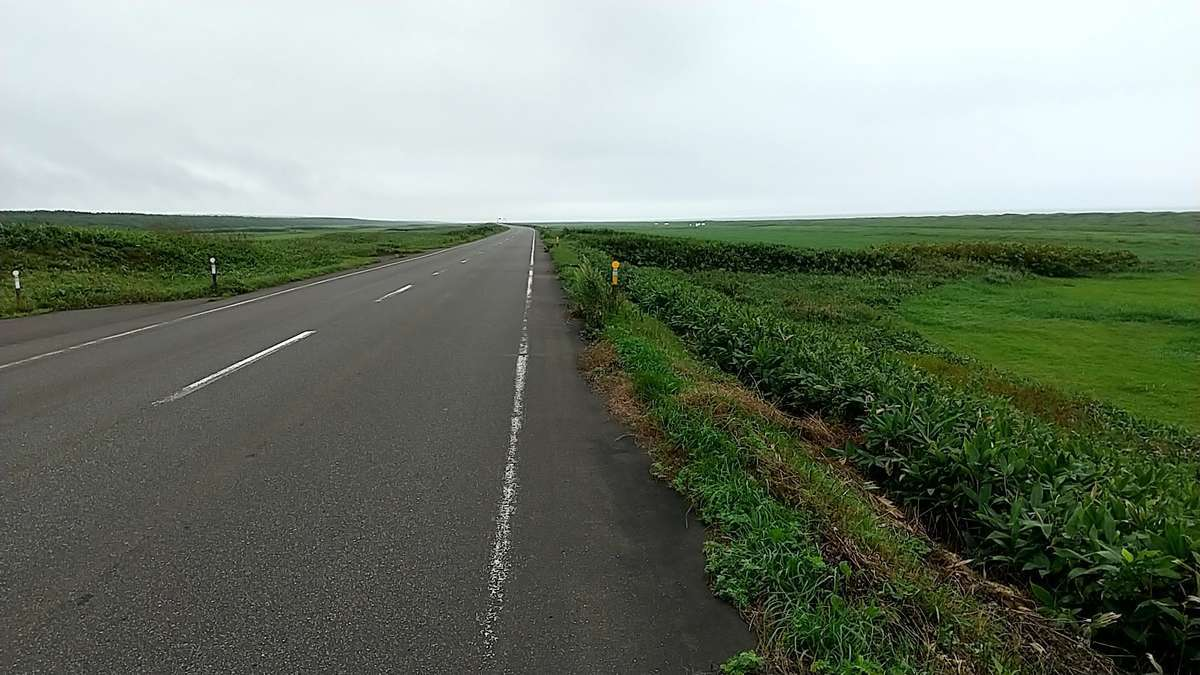 原野の中をひたすら真っすぐな道が通っている「オロロンライン」