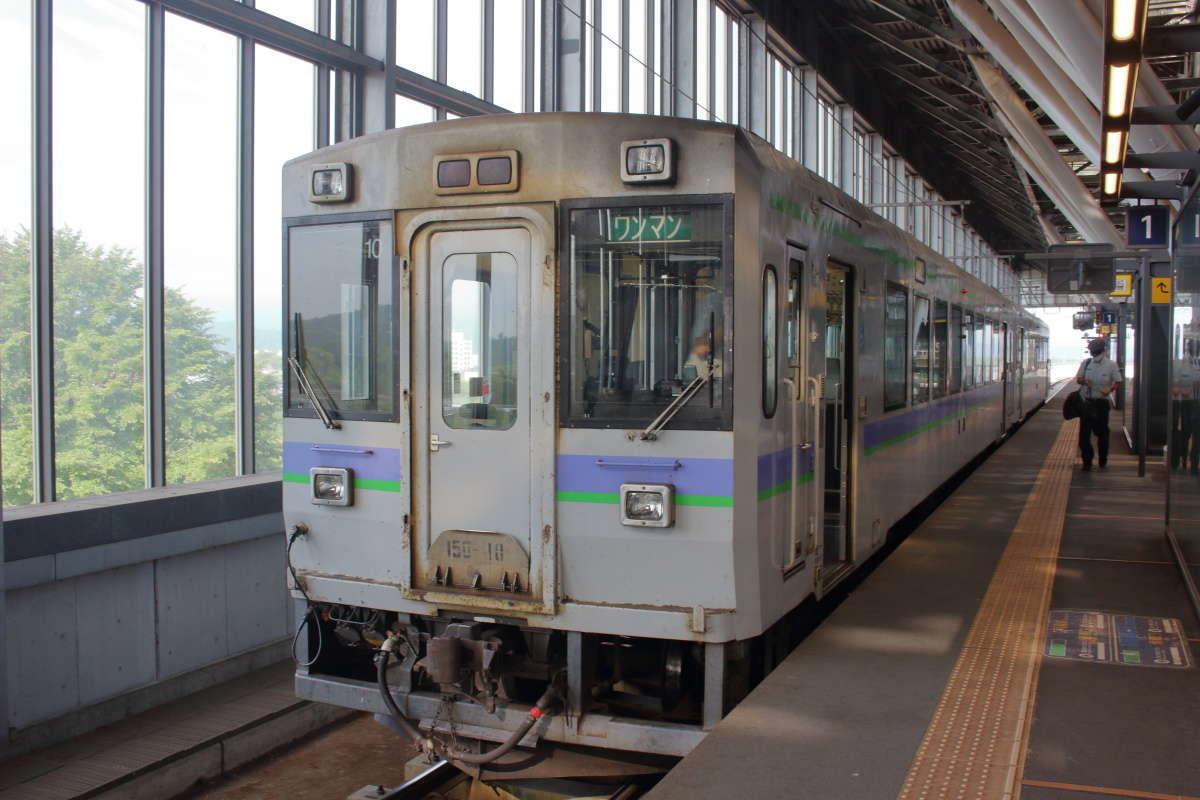 旭川駅で出発を待つ富良野線のディーゼルカー