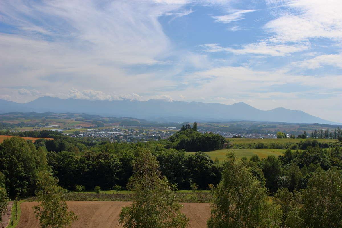 「北西の丘展望公園」の展望台から美瑛の街と十勝岳連峰を一望!