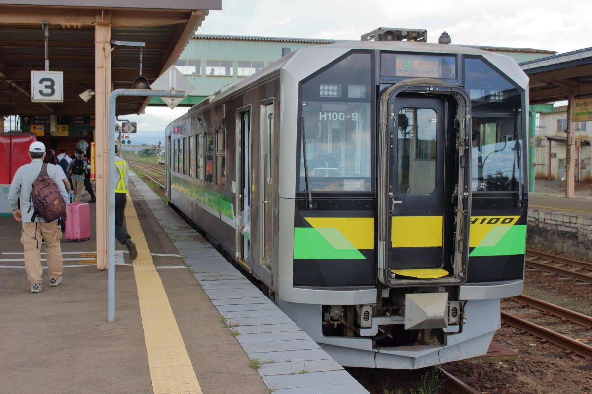 長万部駅に到着した函館本線(山線)の列車はH100形