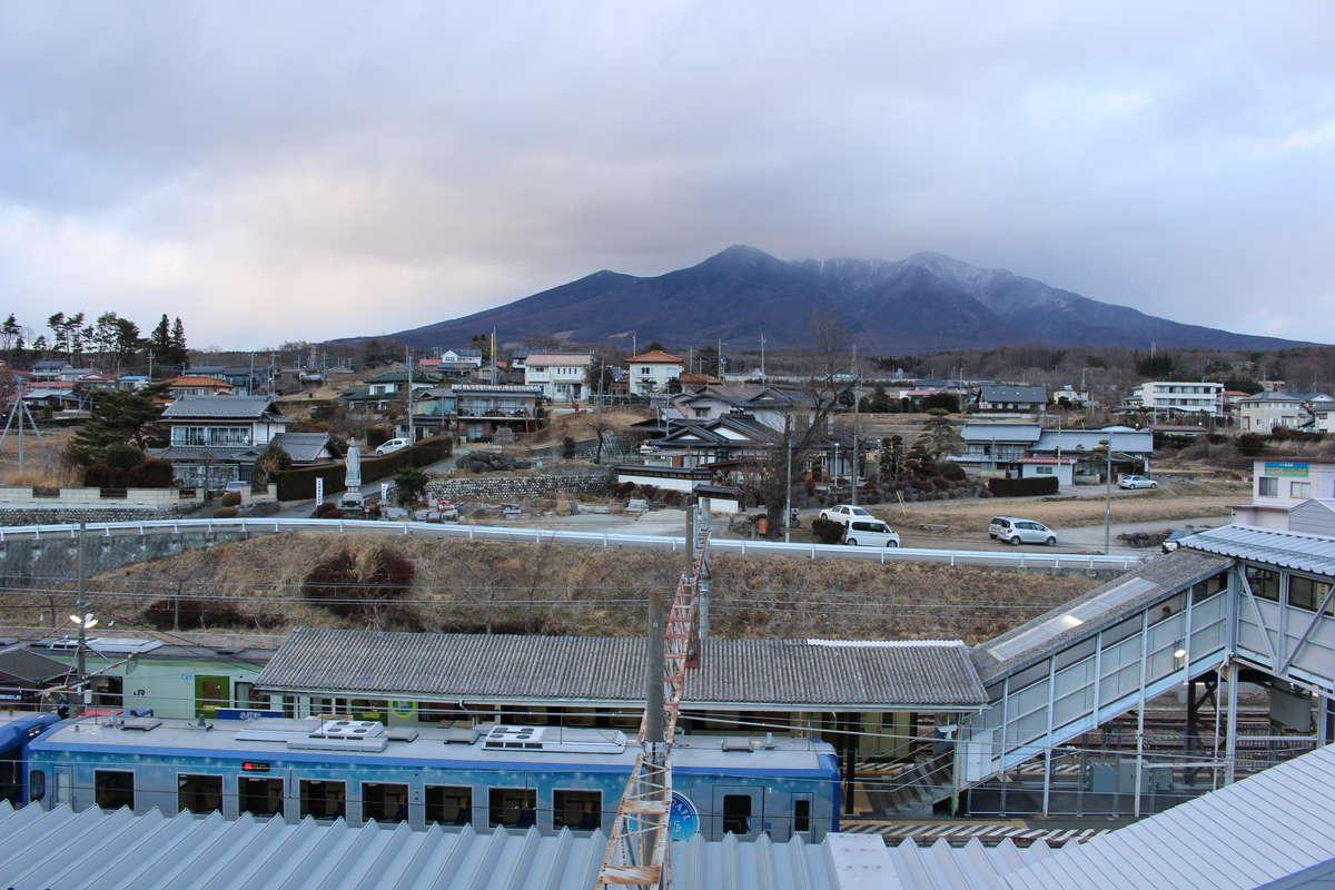 小淵沢駅の前後ではA席側に八ヶ岳の姿を眺めることができます(写真は小淵沢駅の展望台から撮影)