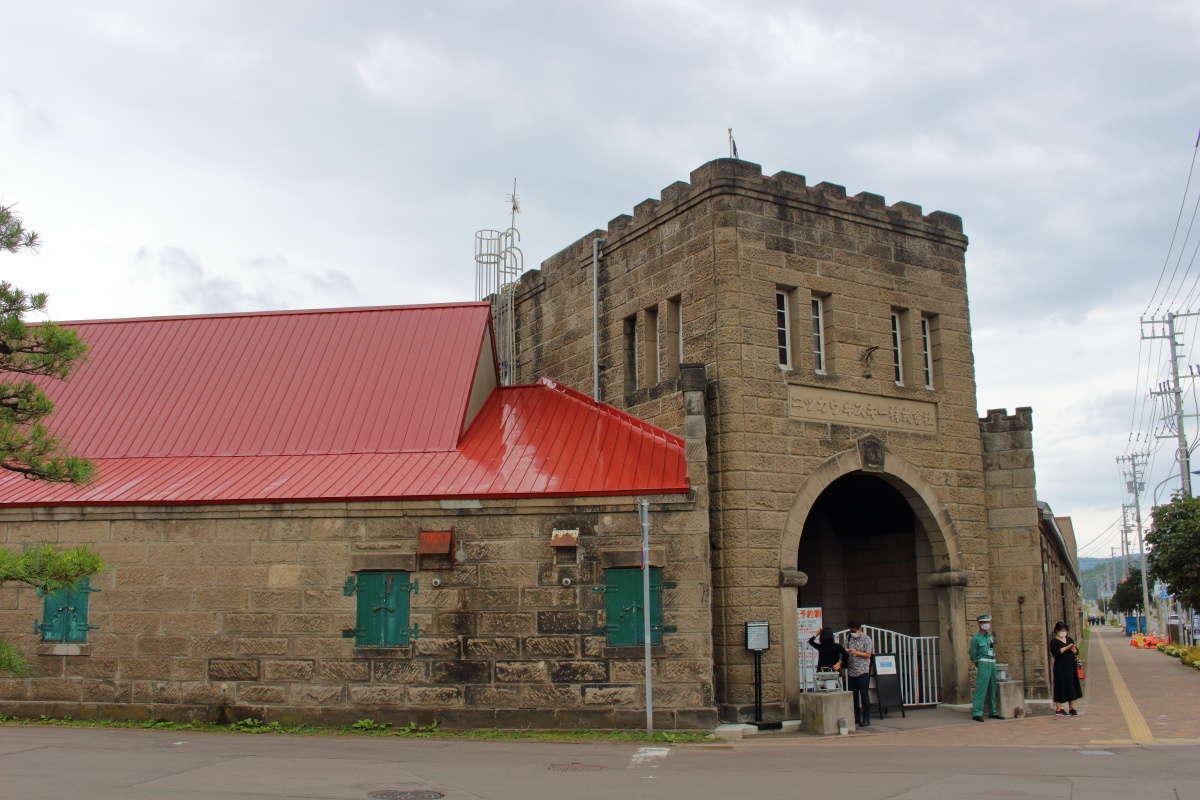 石造りと赤い屋根が特徴的な余市蒸溜所の入口