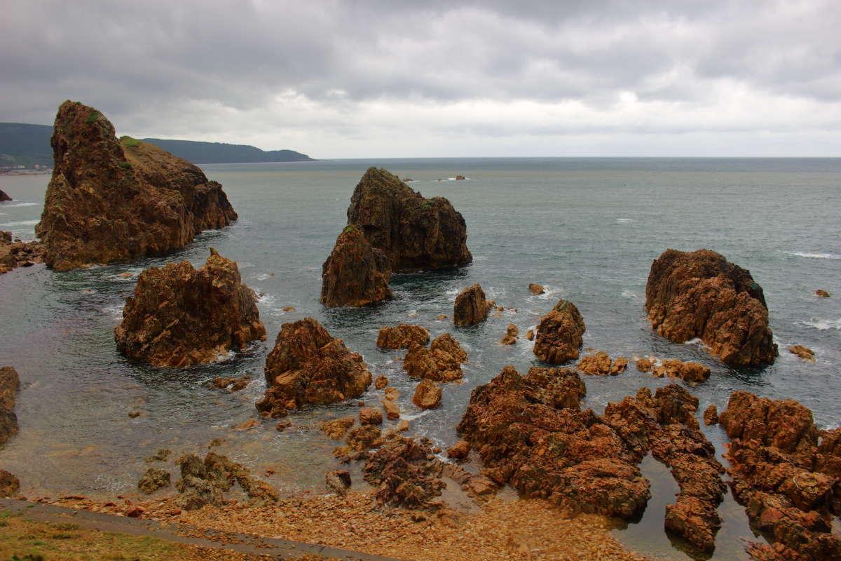奇岩が多い日本海沿岸を80kmに渡って走る五能線