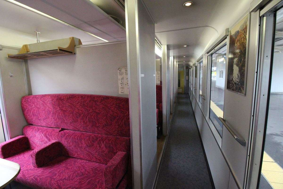 「リゾートしらかみ」2号車のボックスシートは海側に配置されています