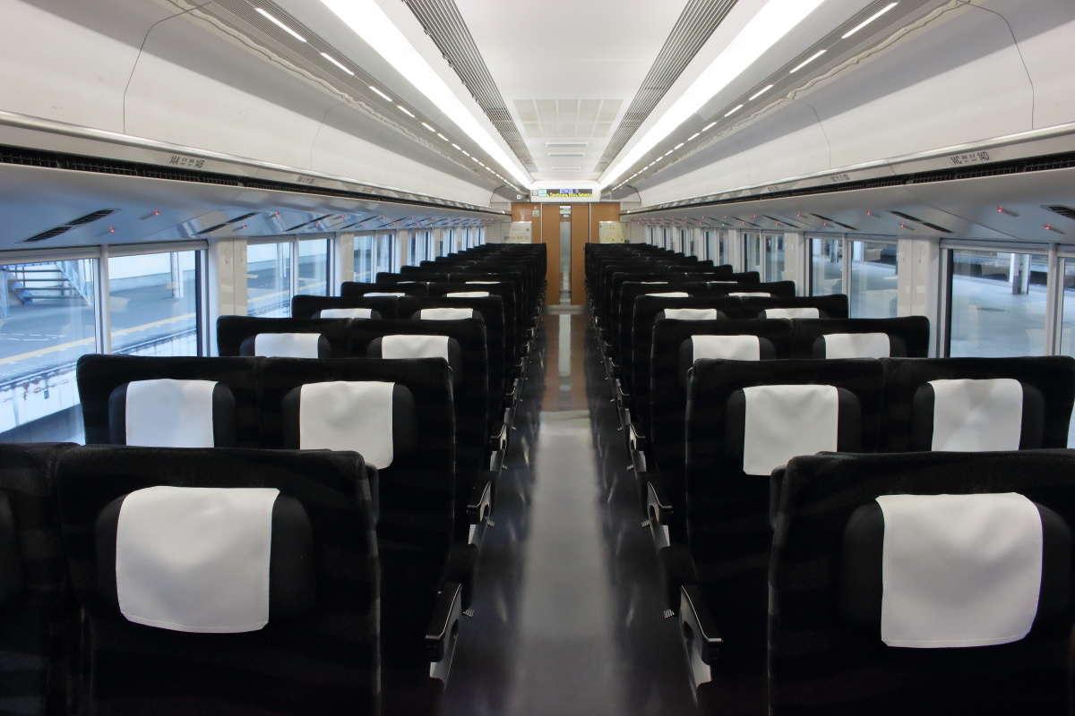 ブラックのリクライニングシートが並ぶ「ひたち」「ときわ」(E657系)の普通車