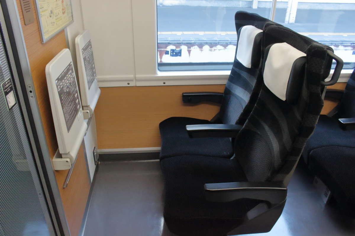 各車両の一番前の座席のテーブルは壁に備え付けられたタイプ