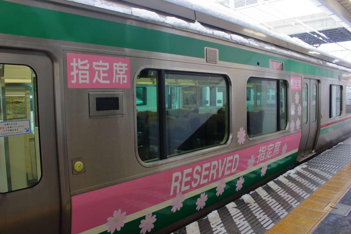 快速「あいづ」の指定席車側面には「指定席」「RESERVED」のラッピング