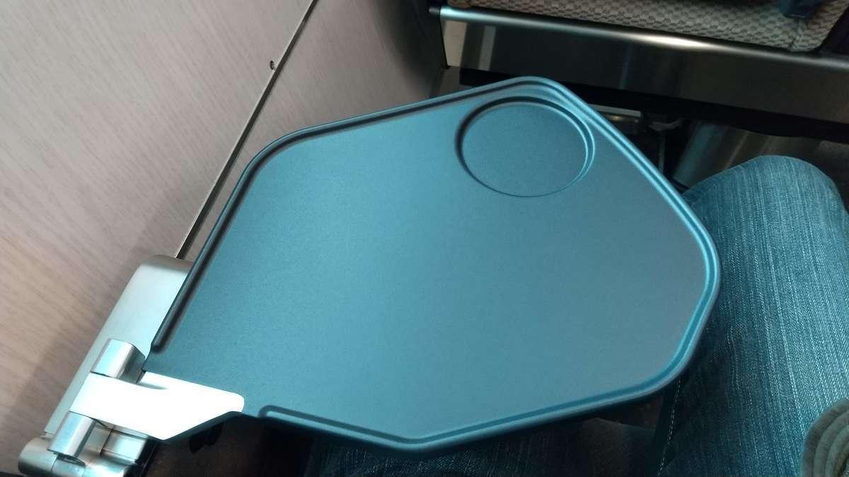 快速「あいづ」リクライニングシートのひじ掛け内蔵テーブル