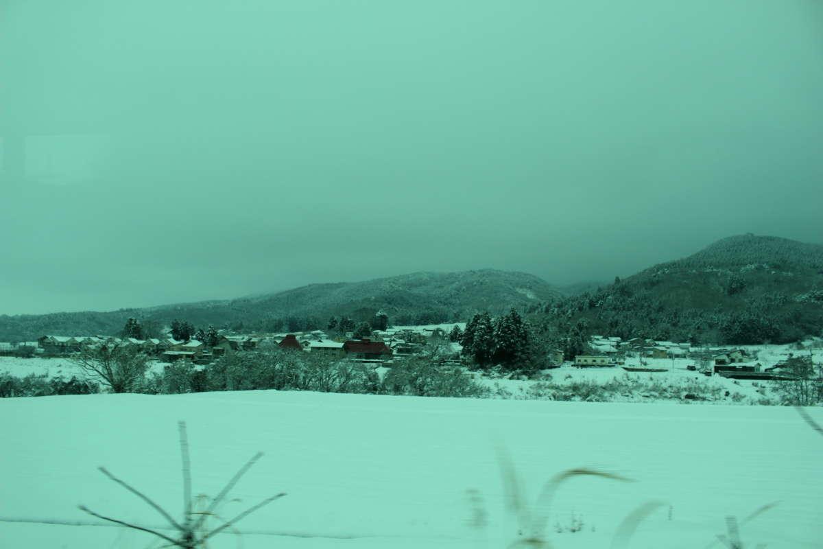 雪の磐越西線の車窓、磐梯山は雲の中