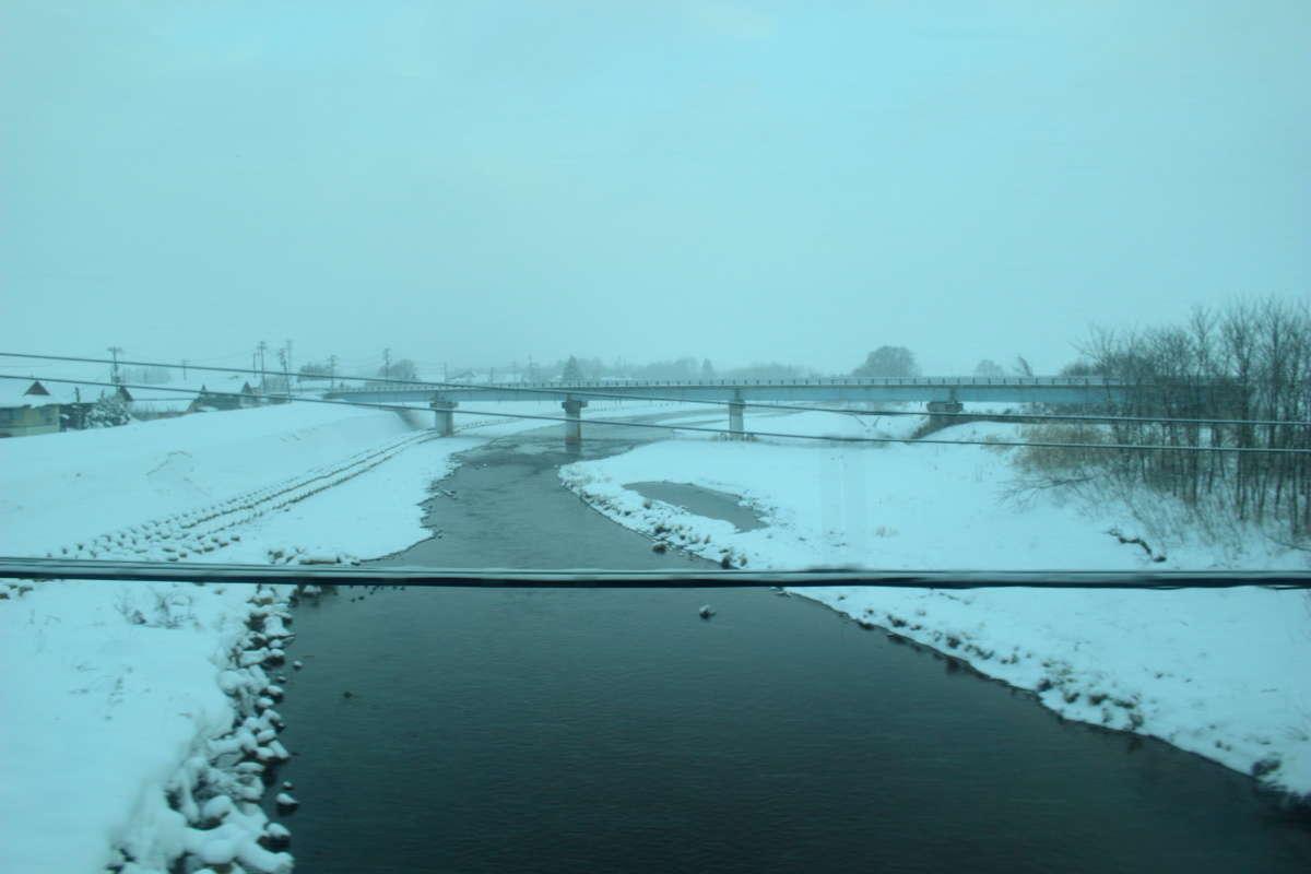 ときおり吹雪く会津路の車窓を眺めながら