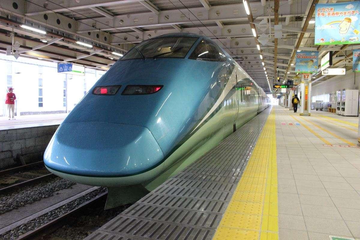 新庄駅で発車を待つ「とれいゆつばさ」