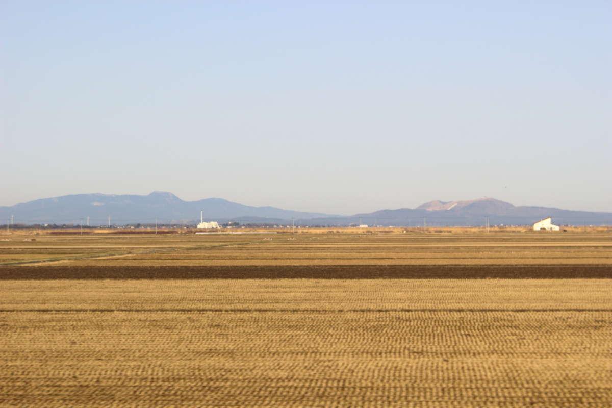 八郎潟の向こうには男鹿三山と寒風山を望めます(2021年3月 リゾートしらかみ1号から撮影)