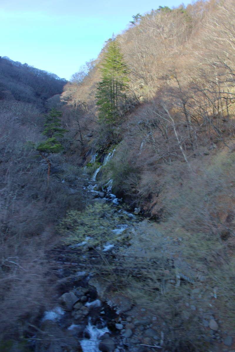 甲斐大泉~清里間では一瞬ですが「吐竜の滝」を車窓から見ることができます