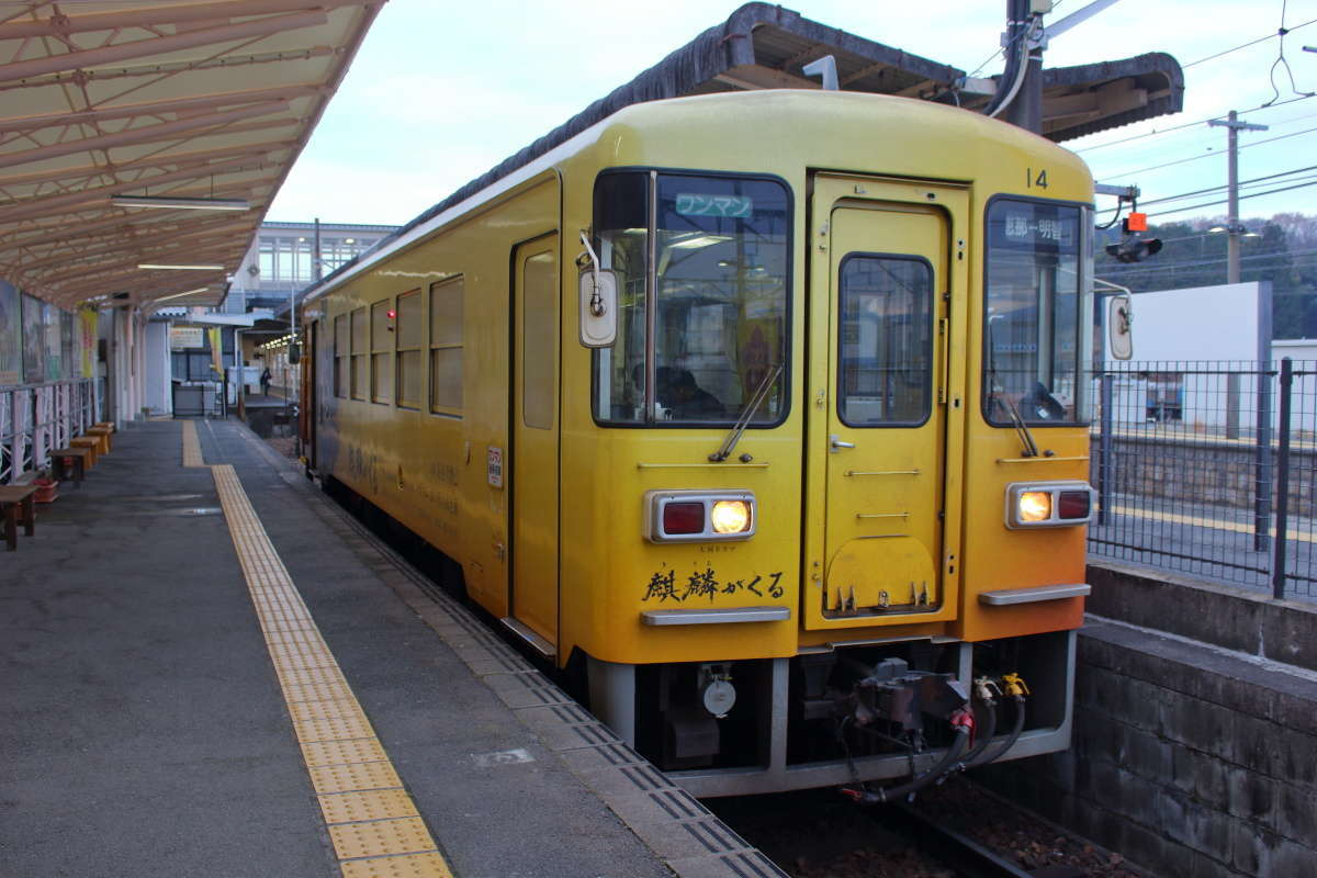 恵那駅で発車を待つ明知鉄道の気動車