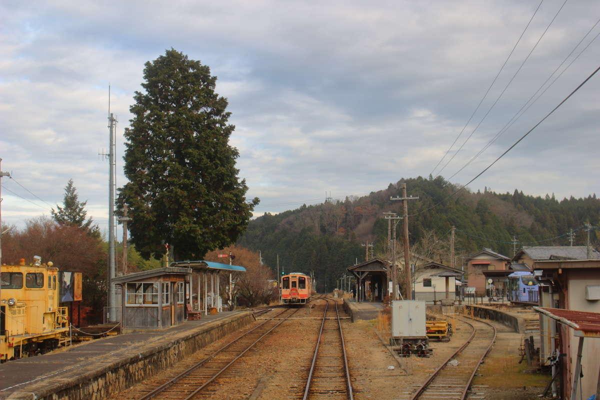 古いホーム上屋や構内踏切が残る明知鉄道の岩村駅