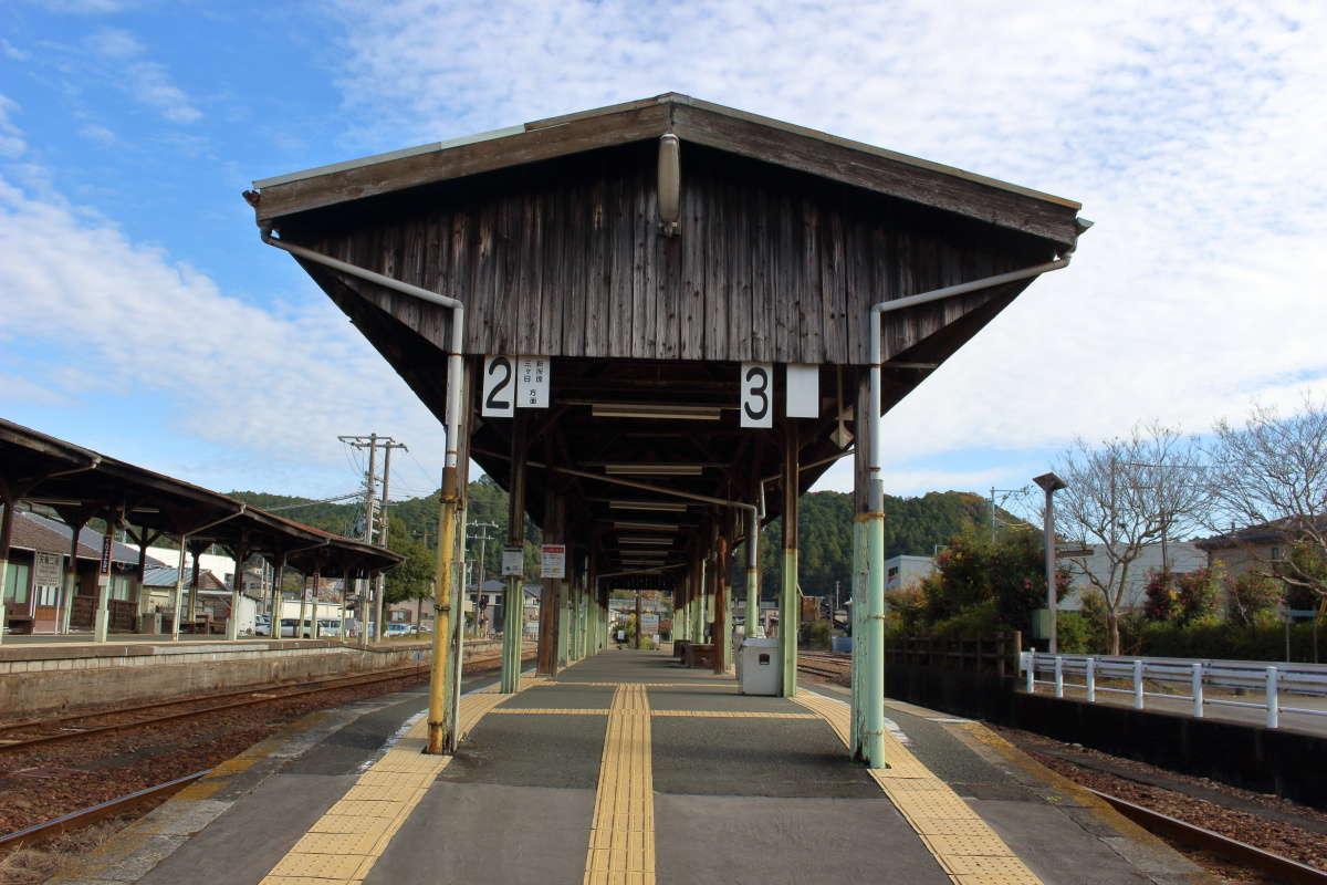 国の登録有形文化財に登録されている天竜二俣駅のホーム上屋