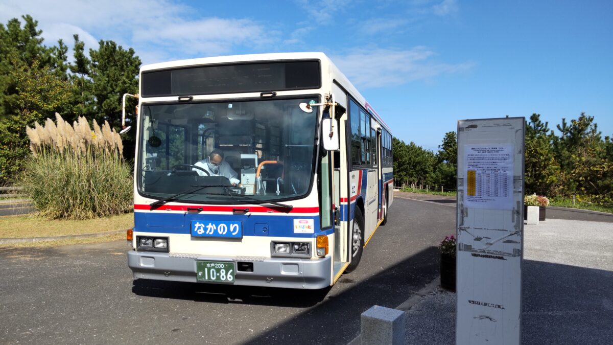 海浜口前に停車中の無料の「コキアシャトルバス」