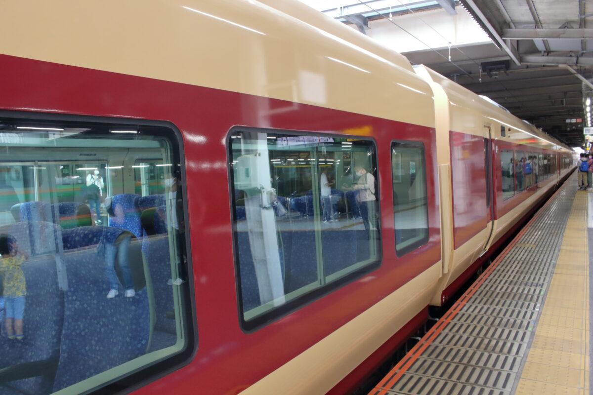 国鉄特急色に変更されたE653系車両の側面