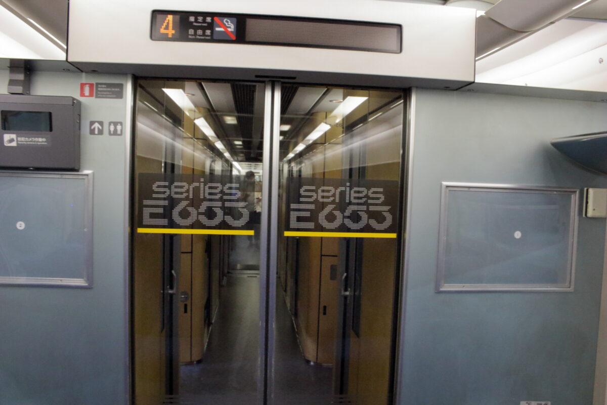 E653系の客室とデッキを分けるドア
