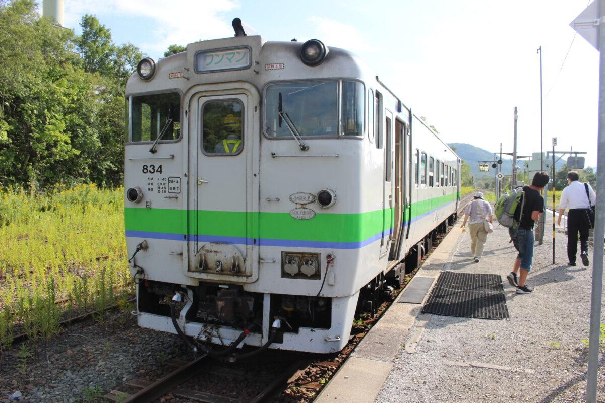東鹿越駅に到着したキハ40の普通列車