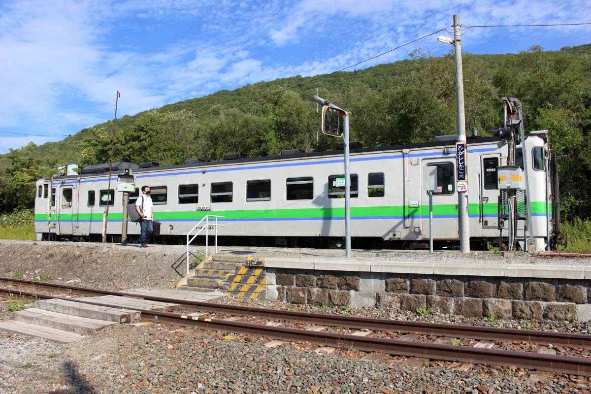東鹿越駅に到着した根室本線の列車