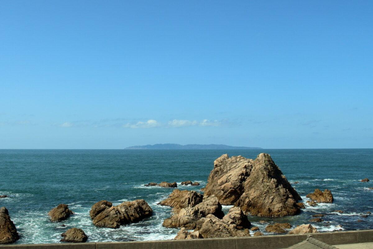 名勝「笹川流れ」付近を通る羽越本線の日本海の絶景車窓