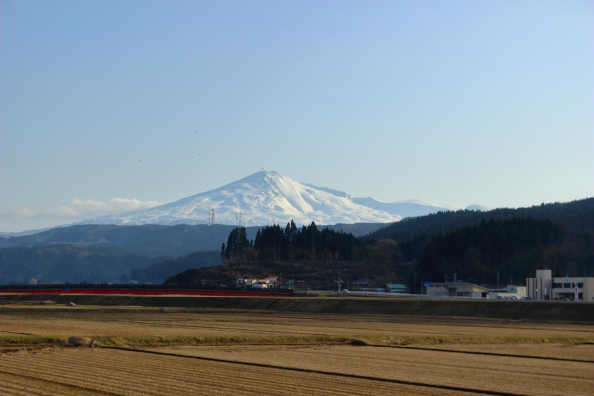 由利高原鉄道の車窓から眺める鳥海山