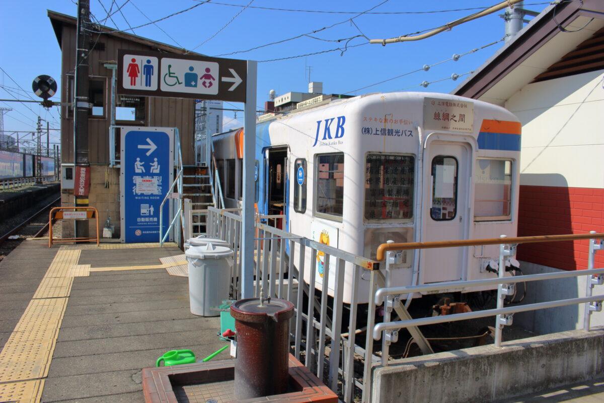 上信線高崎駅ホームの端にある車両を利用した待合室