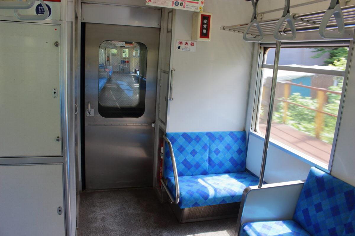 上信電鉄700形の車端部に2席だけあるクロスシート