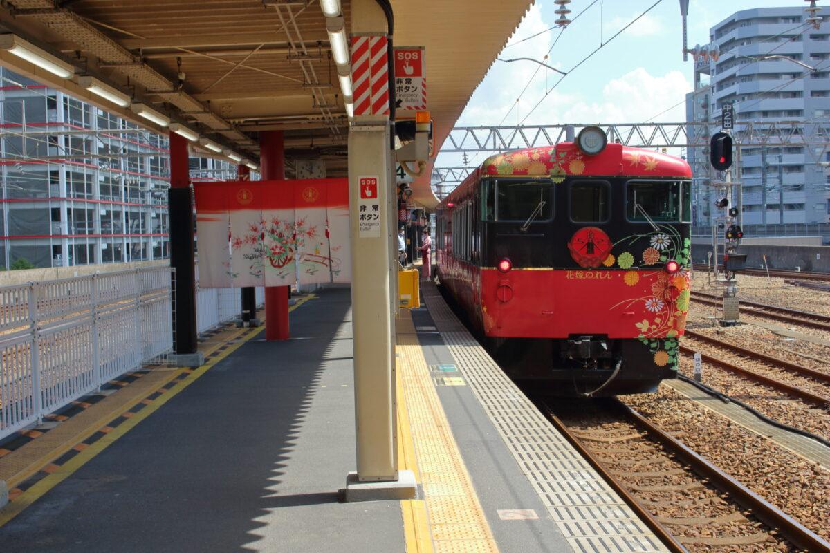 金沢駅4番線に停車中の「花嫁のれん」