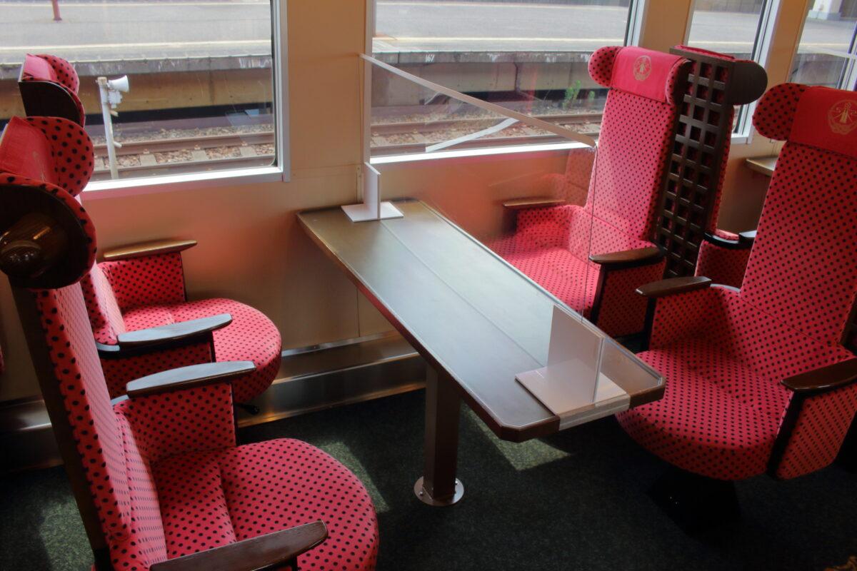 「花嫁のれん」2号車の4人掛けのボックス席