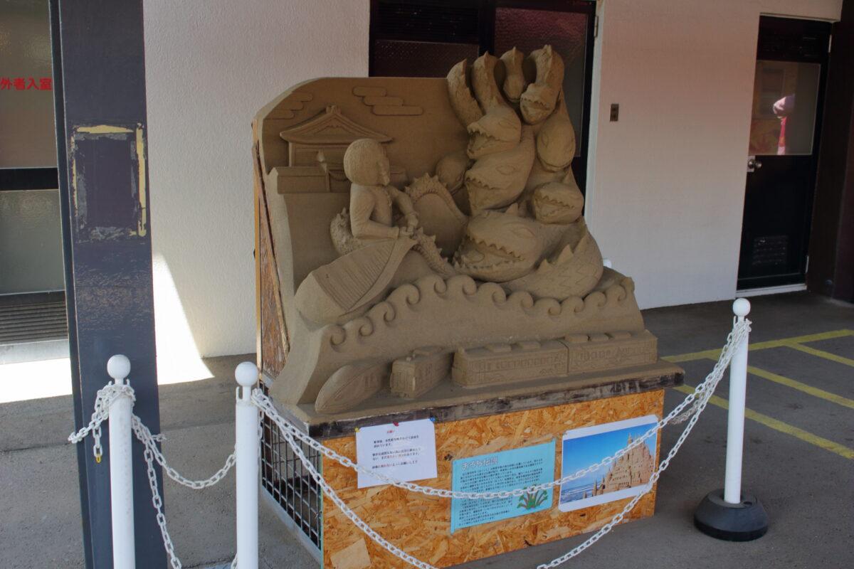 羽咋駅ホームにある「おろち」の砂像