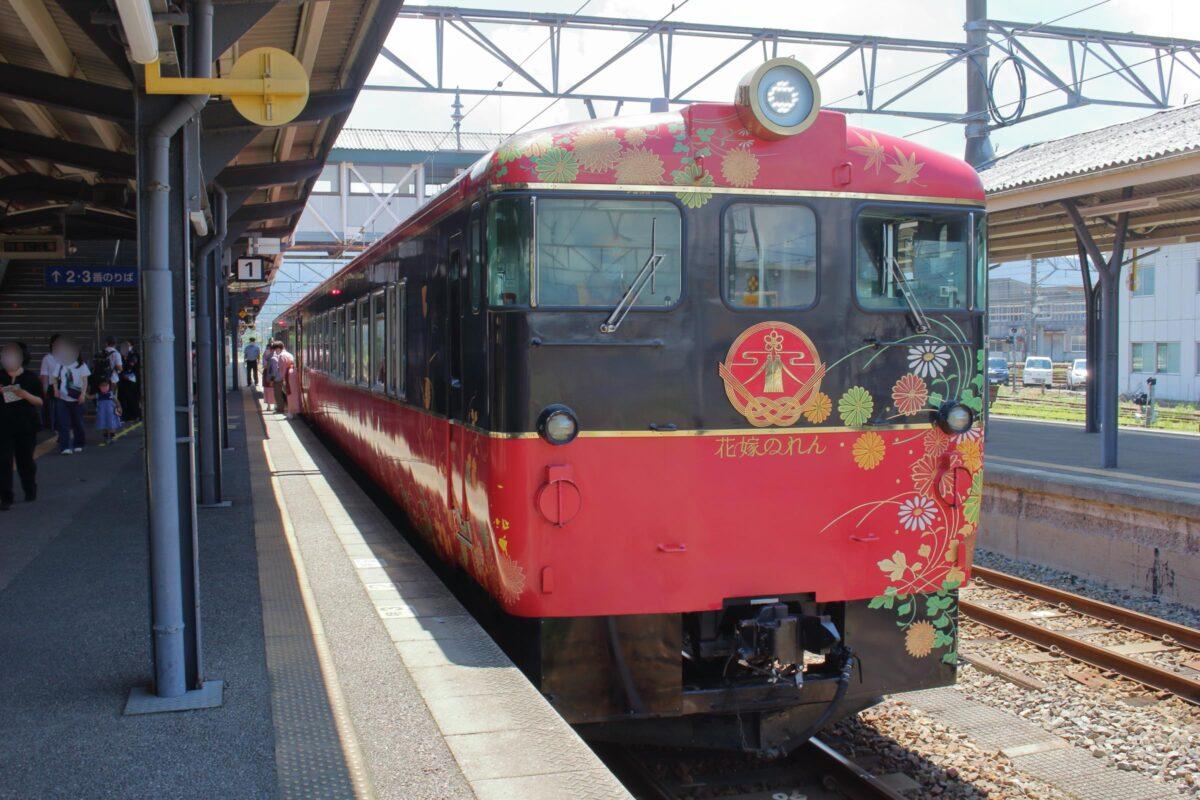 七尾駅に到着した「花嫁のれん」