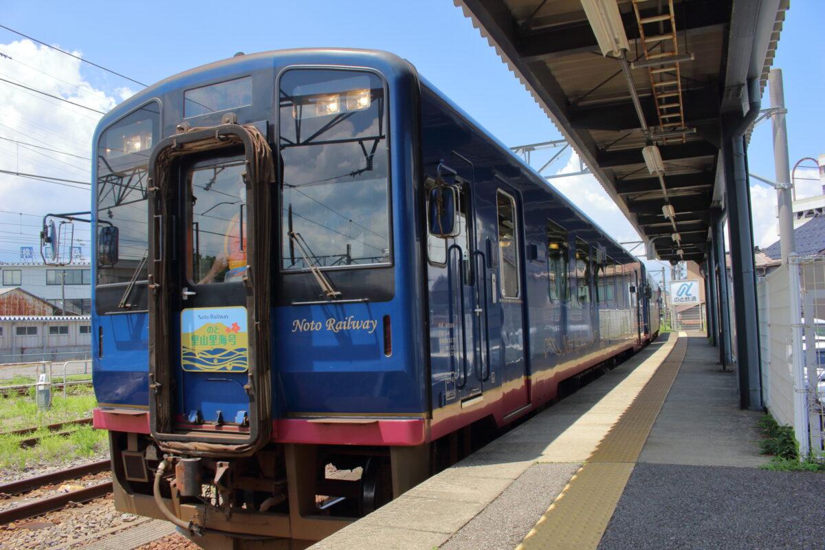 「のと里山里海号」が七尾駅に入線
