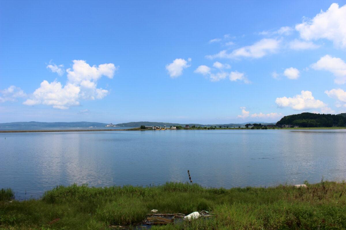 「のと里山里海号」から眺める七尾湾の穏やかな海