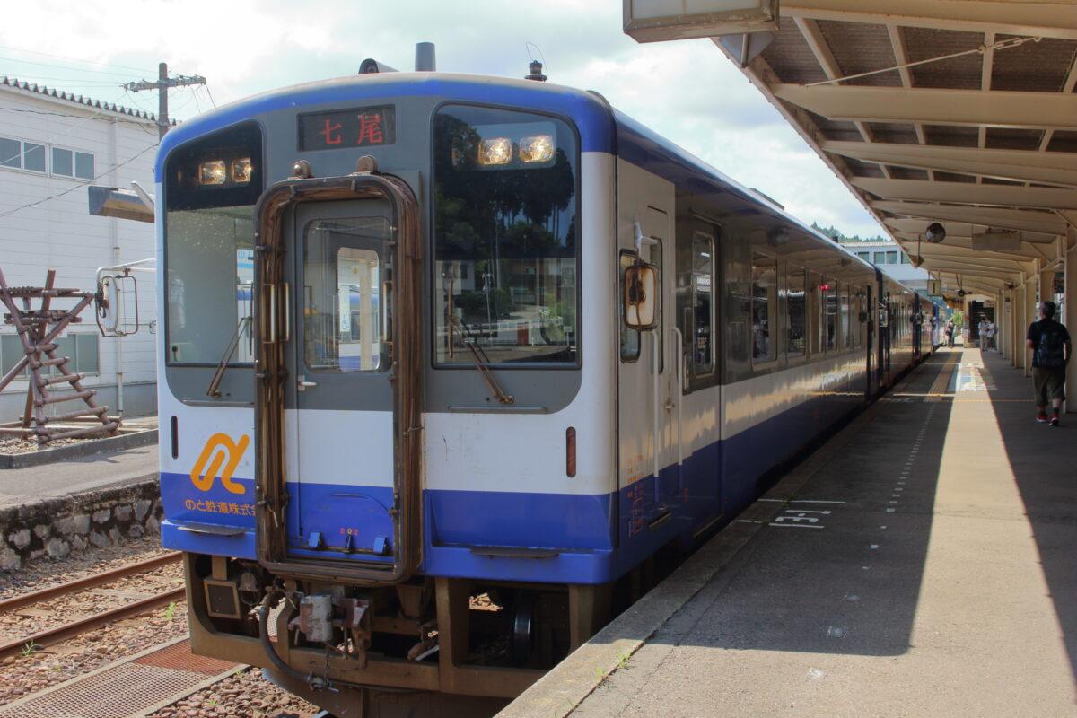 先頭に普通列車の車両を連結した「のと里山里海4号」