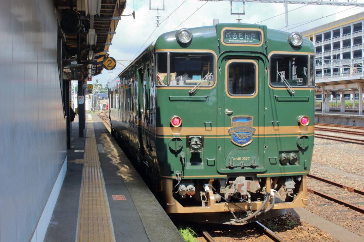 高岡駅で発車を待つ「べるもんた51号」