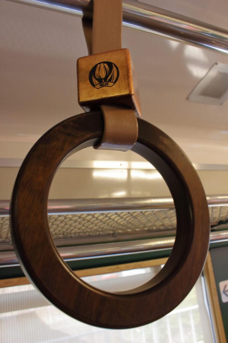 「べるもんた」の木製のつり革