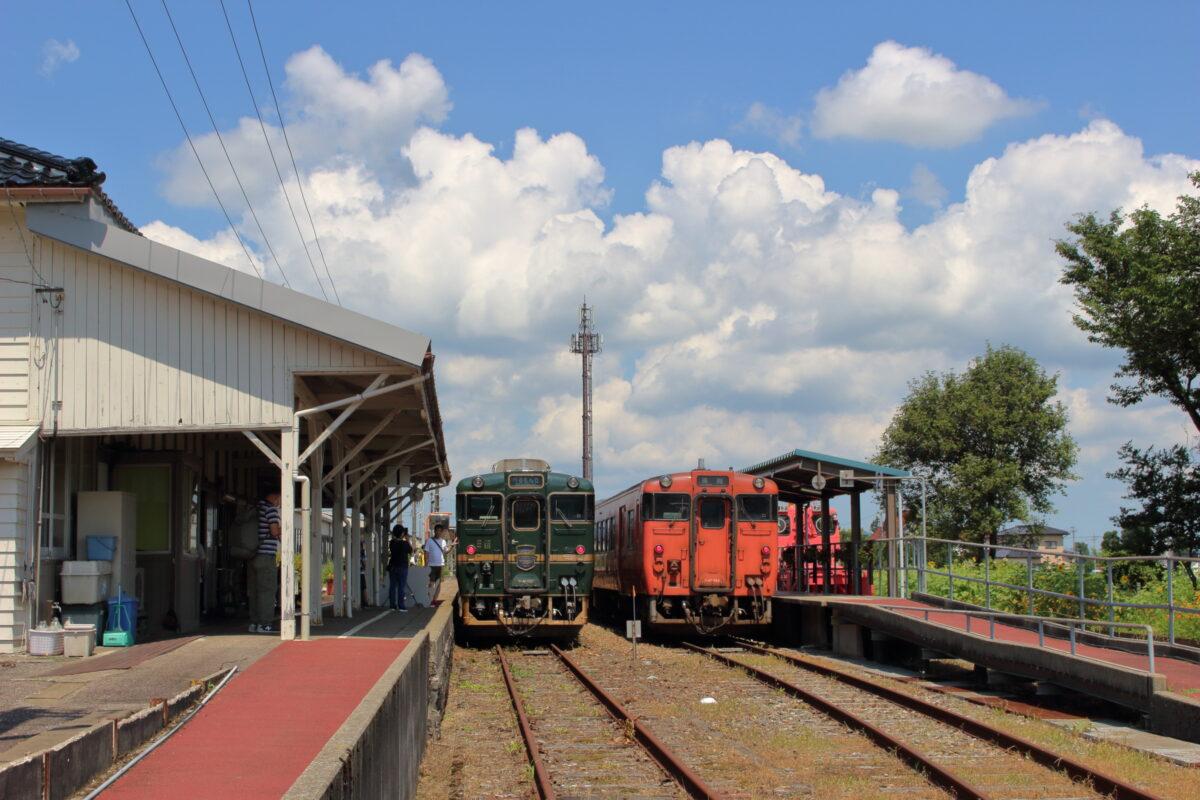 城端駅で並ぶ「べるもんた」とキハ47形普通列車