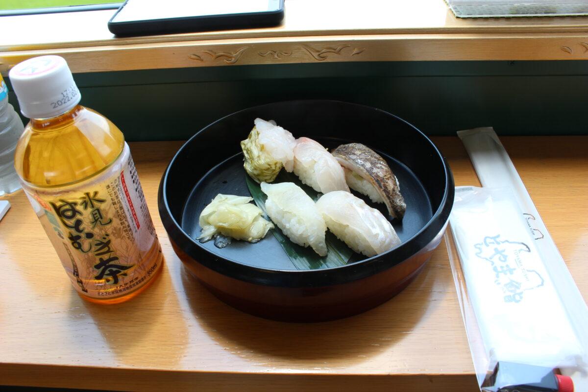 観光列車「べるもんた」の車内で握られたお寿司